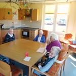 wohnanlage-wohnkueche-mit-senioren-im-pflegeheim-herbstrose